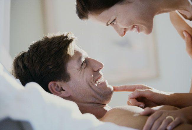 casal-feliz-sexo-cama-casamento_1