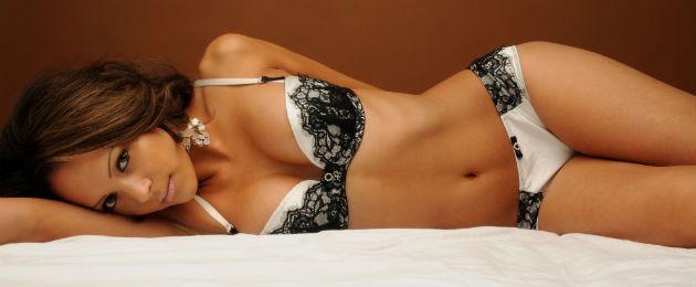 mulher-lingerie-cama-100185164