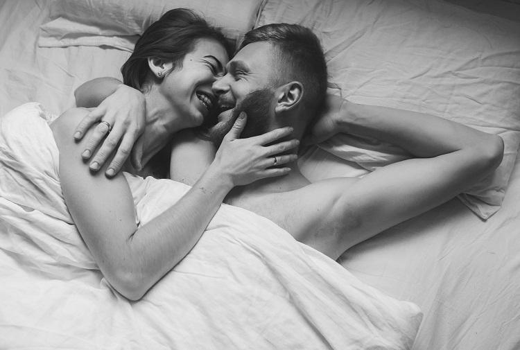 esquente-clima-carnaval-casal-cama-sexo