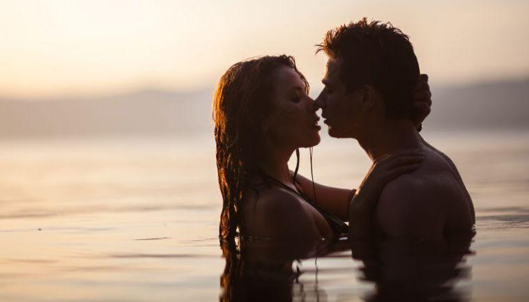 sexo-beijo-praia-0217-1400x800
